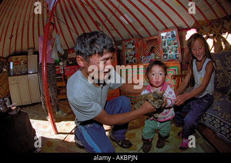 Familia de Mongolia interior vivienda tradicional yurt. Bayankhongor aimag, Mongolia