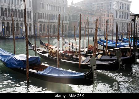 Las góndolas amarradas en el Gran Canal de Venecia, Italia, en el mes de febrero.
