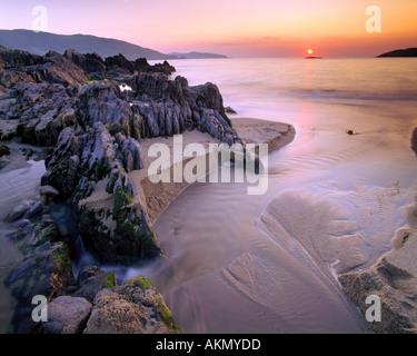 IE - Co.Cork: Puesta de sol sobre la bahía de Allihies