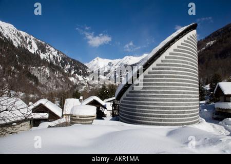 Suiza Cantón Tessin Maggia Valle Maggia la aldea de Mogno. Iglesia del arquitecto Mario Botta