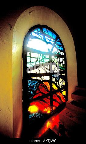 Las vidrieras de la iglesia mostrando la ventana de erupción volcánica en Notre Dame des Laves en piton Sainte-Rose, Réunion