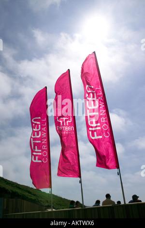 Banderas en la entrada a Jamie Oliver's restaurant quince Cornwall, en la playa, Watergate Bay, TR84AA Foto de stock