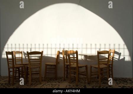 Mesas y sillas vacías en un café, Thira, Santorini, Cícladas, Mar Egeo, Grecia