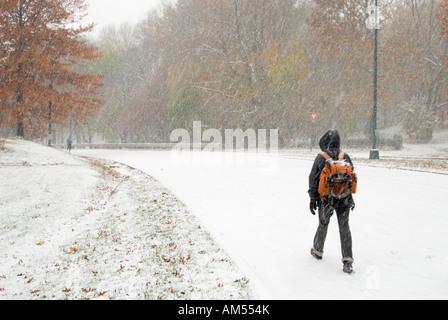 Joven caminando en Central Park NY durante una tormenta de nieve