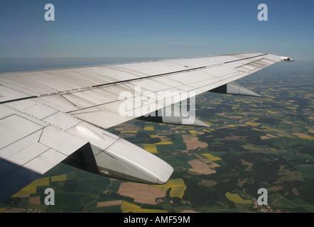 El ala de un avión Boeing 737-500 en vuelo por encima de la campiña alemana. Los viajes en avión.