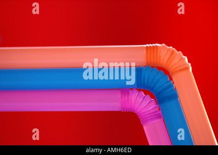 Pajas multicolor sobre un fondo rojo.