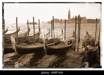 Las góndolas en el sol de primera hora de la mañana Venecia Italia