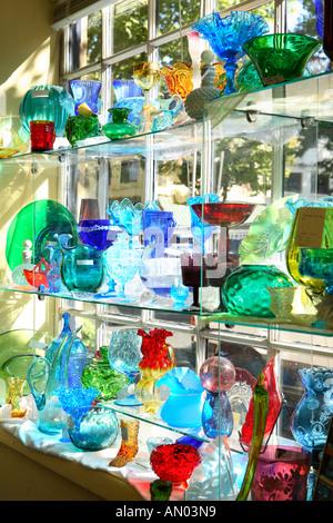 Estantes de cristal modernos platos vasos y platos para servir en los  estantes de una tienda que vende japonés menaje  Estantes de cristal platos  coloridos ... aa0e2826b555