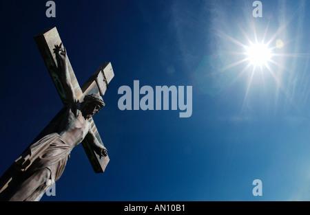 Estatua de Jesucristo en la cruz con el sol