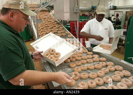 Carolina del Norte South Tar Heel State Wake County Raleigh Krispy Kreme Línea de producción de donuts NC 102403 0003