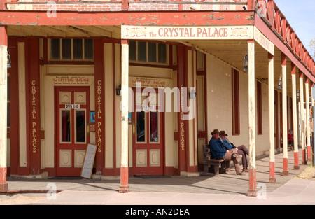 Relajarse en el Porche de vaqueros de Crystal Palace Tombstone Arizona, EE.UU.