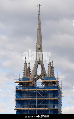 La torre de la iglesia parroquial de Santa María de la Caridad, cubierta de andamios y envuelto en azul la compensación para el chapitel parece