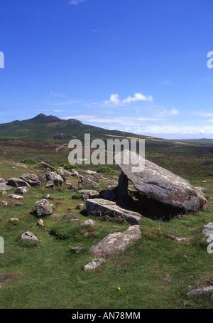 Carreg Coetan Arthur cámara mortuoria y Carn Llidi mountain St David's Head oeste de Gales pembrokeshire UK