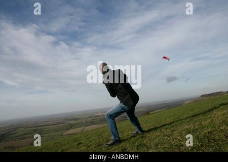 Hombre volar cometas en demonios dyke Inglaterra en un día de verano