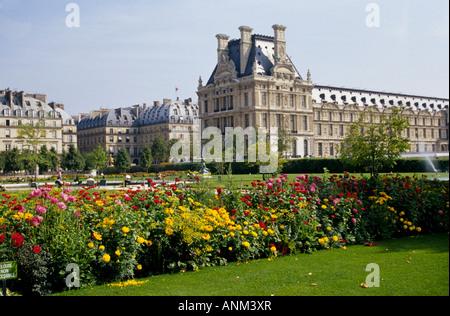 Una vista del jardín de las Tullerías o el Jardin des Tuileries sentada cerca del Museo del Louvre junto al río Sena