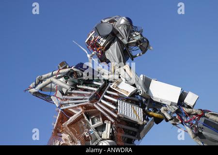 La escultura Weeeman está hecha de residuos de productos eléctricos como televisores y equipos frigoríficos y promueve el reciclaje