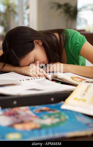 Jovencito haciendo los deberes en casa