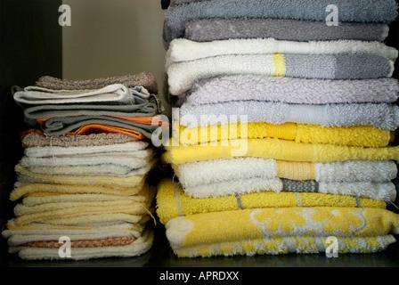 Toallas y facecloths plegados en una estantería de baño