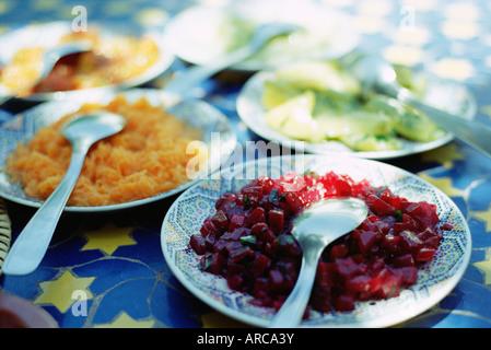 Platos de ensalada marroquí, tradicional de primer curso en restaurantes, Marrakech (Marrakech), Marruecos, Norte de África, África Foto de stock
