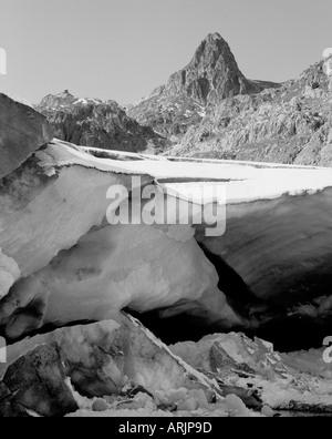 Primer plano de hielo glaciar a la entrada de una cueva glaciar de forma natural Foto de stock
