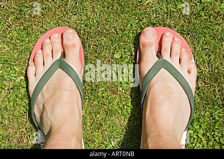 Los pies de un hombre en flip flops