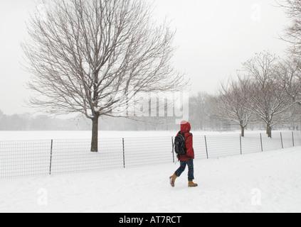 Hombre caminando en el Central Park de Nueva York durante una tormenta de nieve