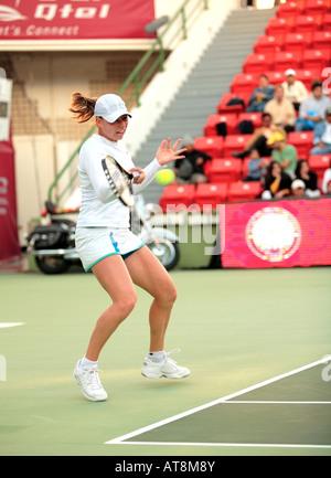 Vera Zvonareva de Rusia jugando Li Na en las semifinales del Abierto Total de Qatar el 23 de febrero de 2008