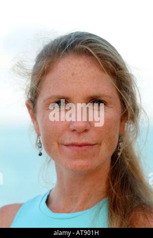 Retrato de una mujer yoga instructor ( edad 40's) en una piscina beach