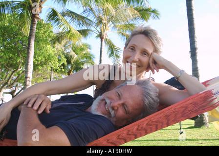 Una pareja se relaja en una hamaca en el Queens Beach, Waikiki.