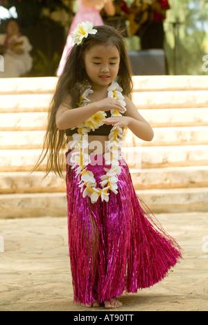 Los danzarines bailan Hula en el parque Kapiolani Bandstand el día de mayo, también conocido en Hawaii como lei día