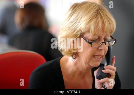 Mujer de televentas foto imagen de stock 40203401 alamy for Maduras en la oficina
