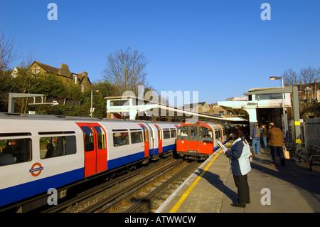Los trenes llegan a la estación de Ealing Common W5 de Londres Reino Unido