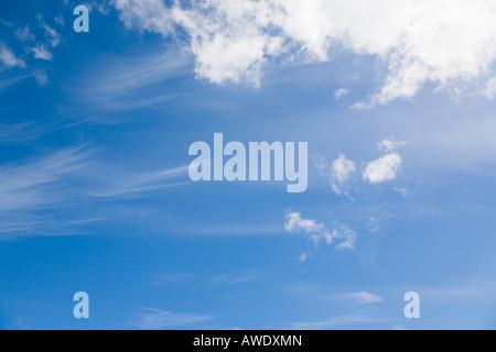 Cielo azul con esponjosas nubes cumulus y cirrus mare's Tail Nube en tiempo de Clemente. Inglaterra Gran Bretaña