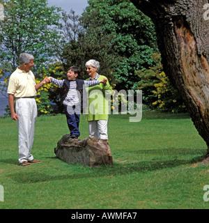 Los abuelos CON EL NIÑO EN EL PARQUE