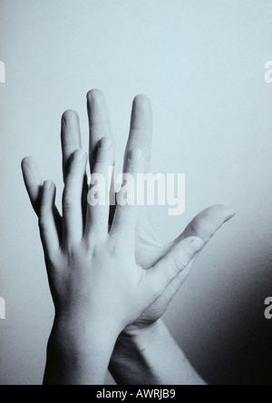 La mano del niño tocando la mano del hombre, palma contra palma, close-up
