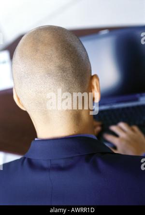 Hombre trabajando en un equipo, vista trasera, close-up