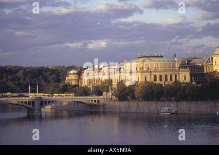 Praga, República Checa. El Rudolfinum (Casa de los artistas, Dum Umelcu) y el puente en la luz dorada de la tarde.