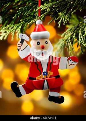 Papá Noel de madera pintados a mano, santa, decoración de Navidad contra un entorno de sala