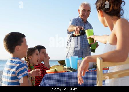 Familia comiendo al aire libre Foto de stock