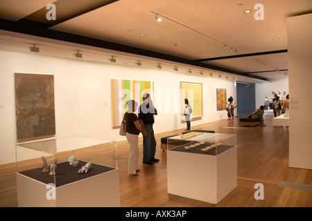 Hombre mirando cuadros en la Galería de Arte de Queensland en ...