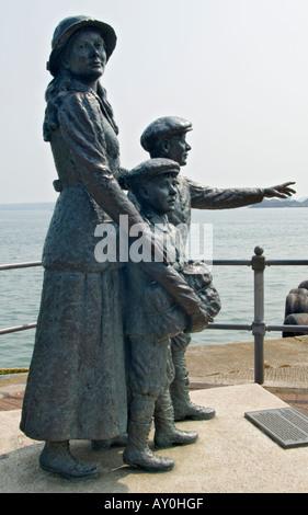 Irlanda El Condado de Cork Cobh Annie Moore y sus dos hermanos primer procesado emigrante en Ellis Island
