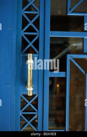 El metal y el cristal de la puerta con la palanca de cierre