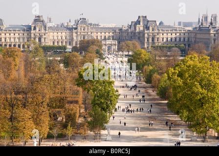 Vista aérea, mirando hacia el Jardin des Tuileries hacia el Musée du Louvre en París Francia