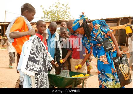Mujer de compras en un mercado de Garoua, Camerún, África Foto de stock