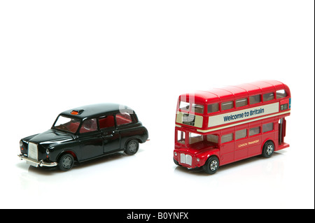 Londres Taxi Rojo y double decker bus juguetes aislado sobre un fondo blanco.
