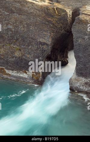 Río Kicking Horse en el Puente Natural, el Parque Nacional Yoho, British Columbia, Canadá