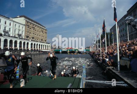 El triatlón acabado de natación Alsterarkaden pierna por delante del edificio en la plaza del Ayuntamiento de la Foto de stock
