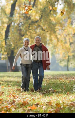 Las parejas ancianas caminando en un parque