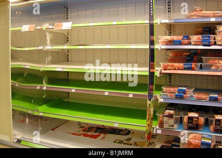 Los estantes vacíos en un supermercado debido a entregas no causado por la huelga