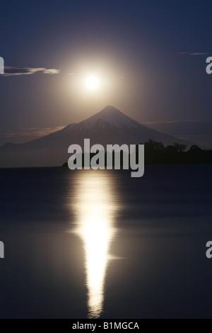La luna se eleva sobre el volcán Osorno, el Lago Llanquihue, Puerto Varas, Chile